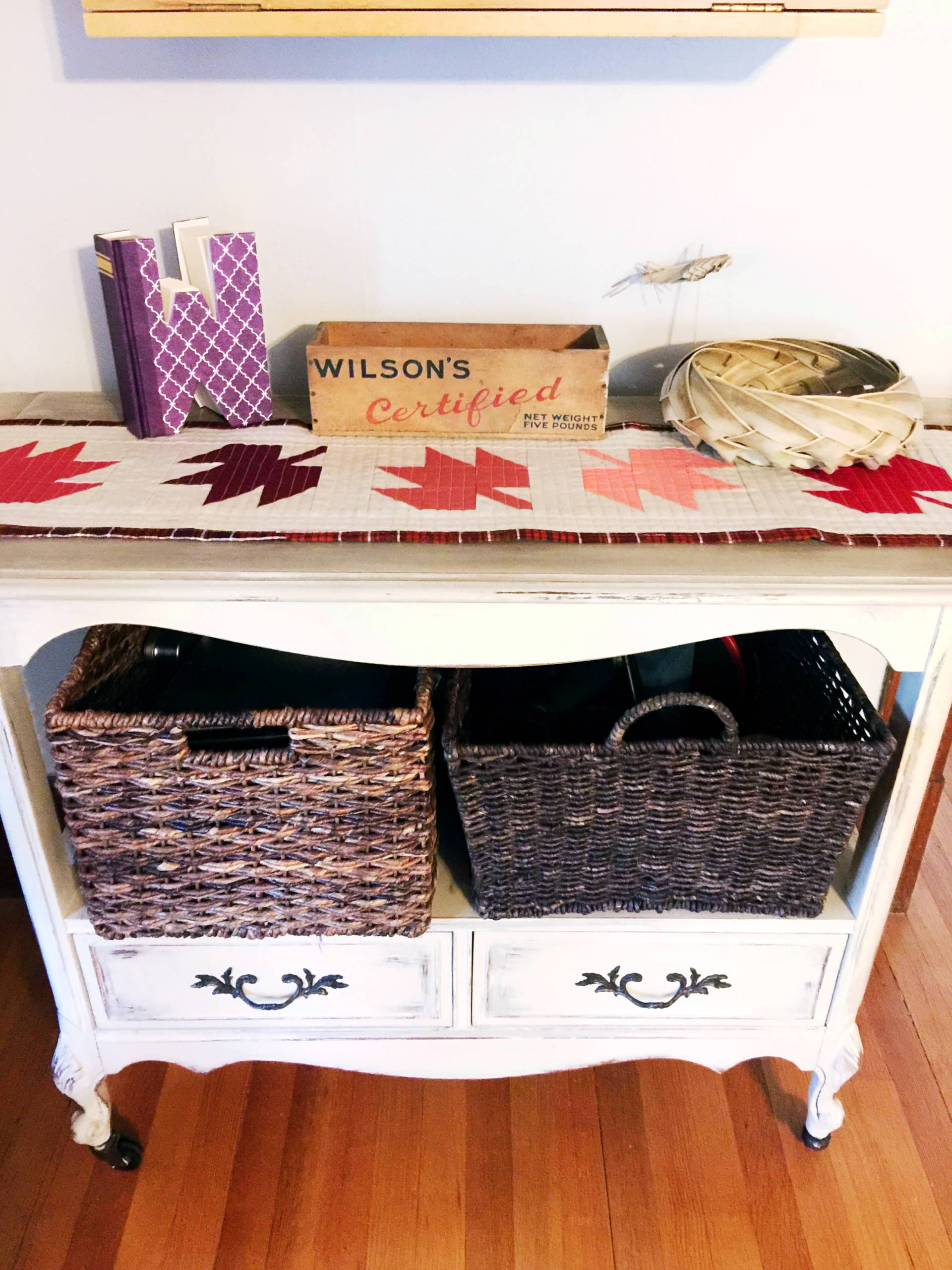 falliing leaves quilted table runner on my entryway table!